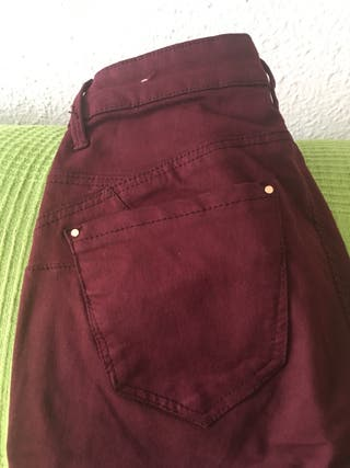 Pantalón push up Stradivarius talla 34 granate de segunda