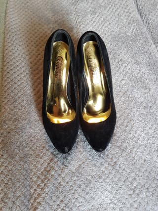 black and gold stiletto heeld