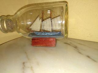 Botella de cristal con barco.Decorativo.