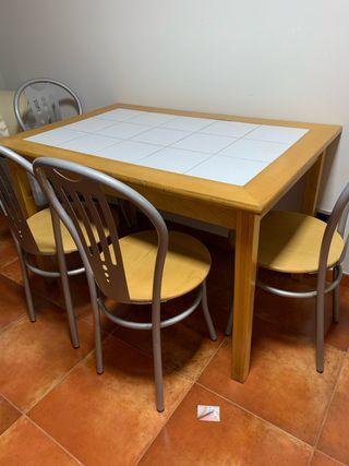 Mesa y 4 sillas se vende junto o separado