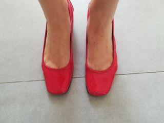 Zapatos charol rojo y tacón transparente