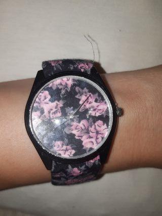 Reloj de pulsera de tela, necesita cambiar pila.