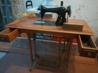 Antigua máquina de coser Alfa
