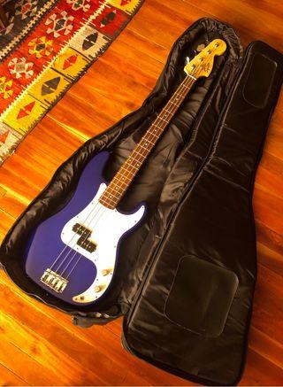 Bajo Fender Squier Precision + Amplificador + Pie