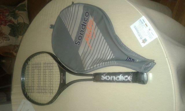 raqueta de tenis con su funda