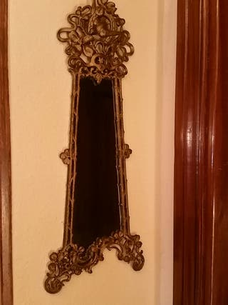 Espejo de bronce de pared.