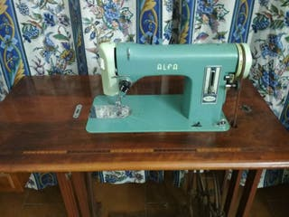 Maquina de coser Alfa antigua.