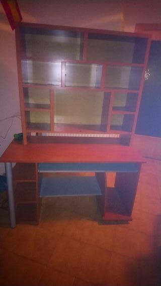 Mesa de escritorio con mural