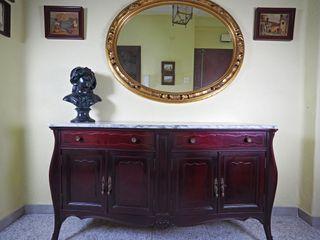 Recibidor con mueble-taquillón y espejo