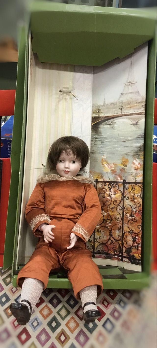 Muñeco de porcelana con caja original.
