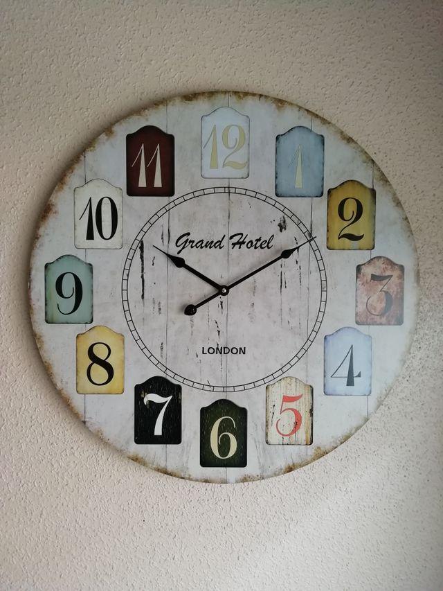 Reloj de pared muy grande