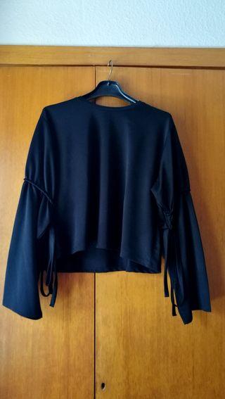 Camiseta negra con lazos
