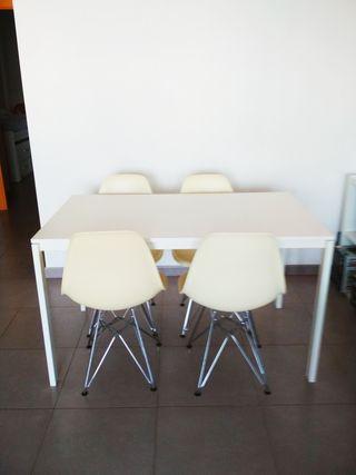 Mesa Ikea y 4 sillas eiffel