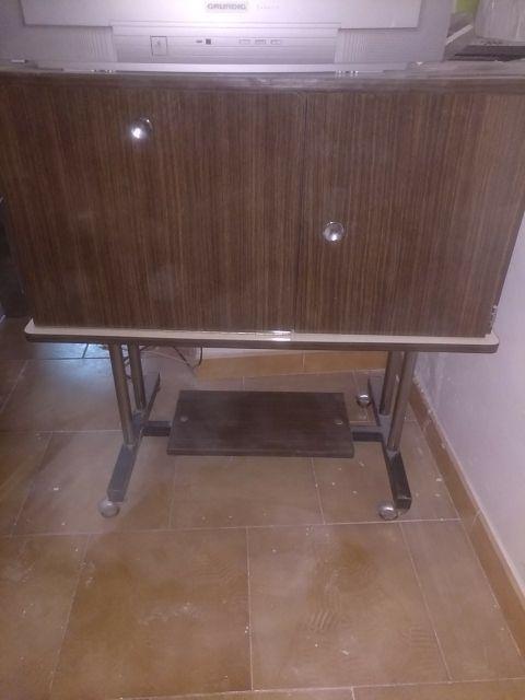 Mueble bar y televisión antiguo