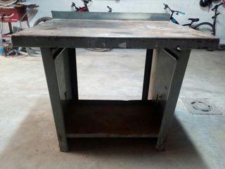 Banco mesa de trabajo metálico.