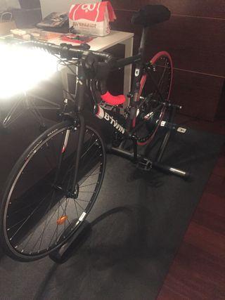 Bicicleta carretera con rodillo