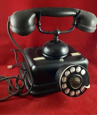 Antiguo teléfono de metal y baquelita