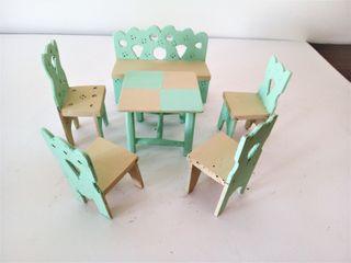 Bonito juego de sillas, sillón y mesa en miniatura