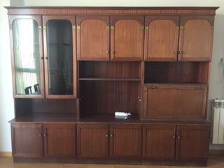 Mueble de salón con estanterías y armarios