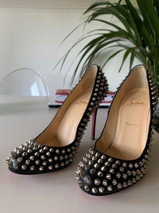 Zapato louboutin negros de pinchos