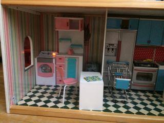 Casa de muñecas de Imaginarium con muñecos y ropa