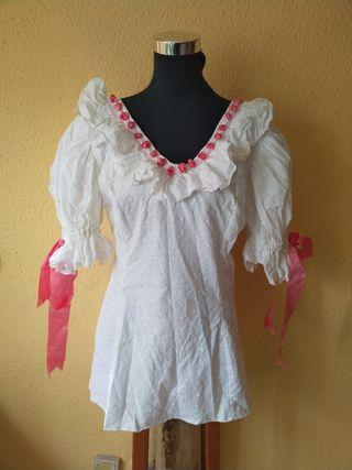 Conjunto blusa rociera con falsa rosa