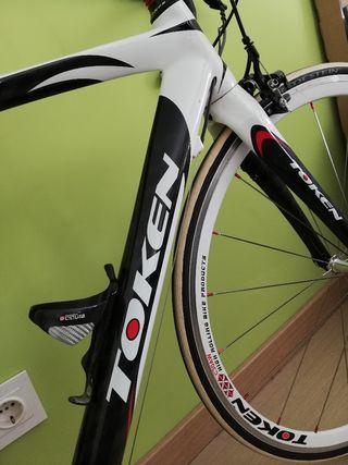 Bicicleta carretera carbono Token corsa