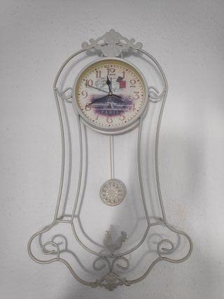 Reloj de pared con pendulo blanco.
