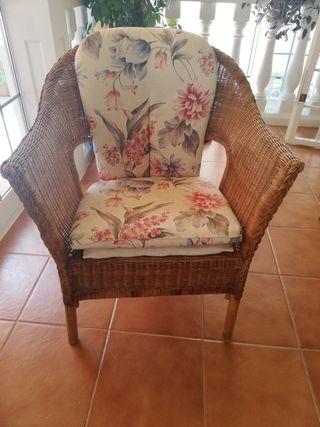 2 sillones y mesa de minbre