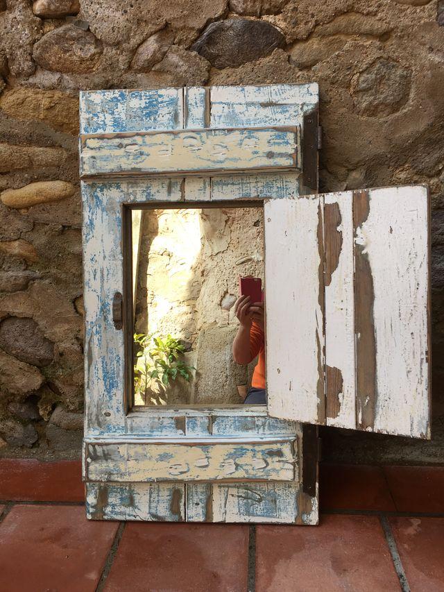 Antigua ventana con espejo