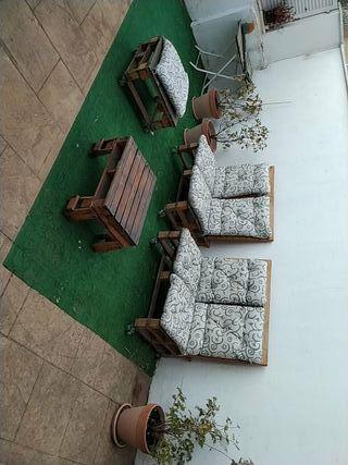 conjunto de sillones y mesa hecha de palets.
