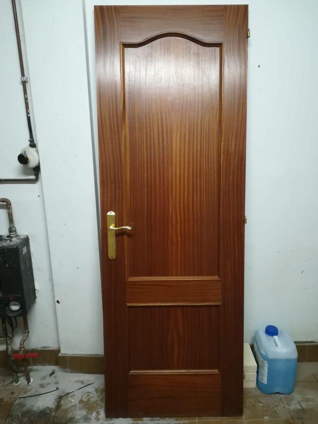 Puerta interior de madera color sapeli