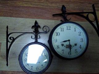Relojes de pared y lámparas