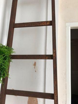 Escalera antigua estilo industrial