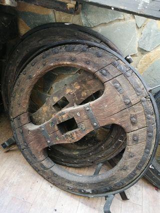 ruedas antigua y lote vigas de tren