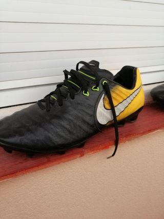 botas de fútbol Nike tiempo legend