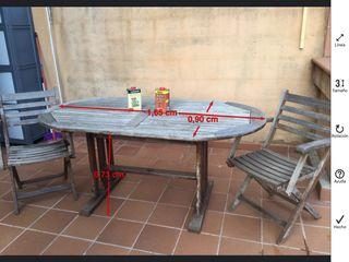 Mesa de jardín de TECA y 4 sillas plegables.