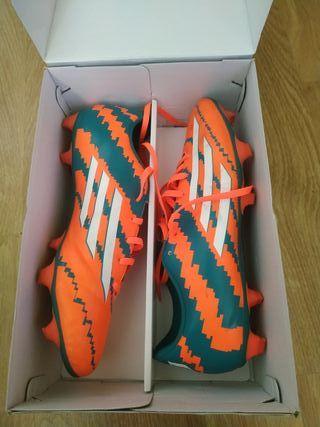 Botas fútbol 11 Adidas Messi y medias.