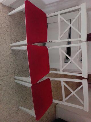 3 sillas de madera blanco y rojo
