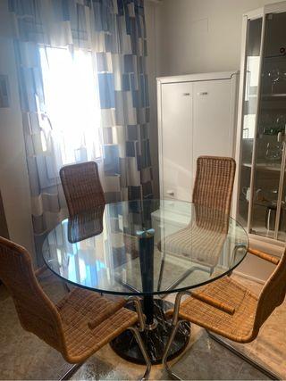 Mesa de cristal y sillas de comedor