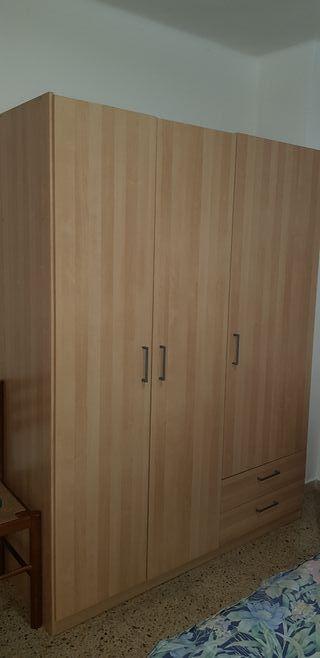 armario de habitación en perfecto estado