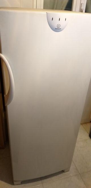 Arcon congelador vertical Indesit