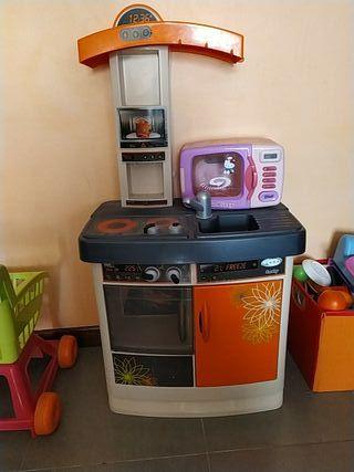 cocina de juguete con microondas y utensilios
