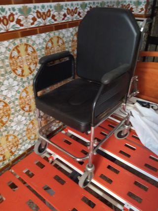 silla de ruedas con dispensador de orina