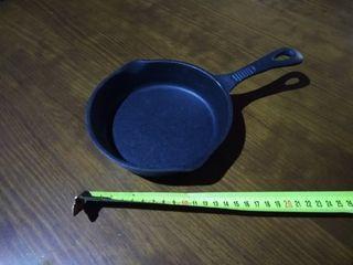 Sartén hierro fundido individual con mango.