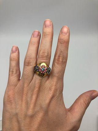 Anillo de oro amarillo y piedras preciosas. Unico