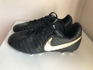 Botas fútbol con tacos Nike núm. 35.