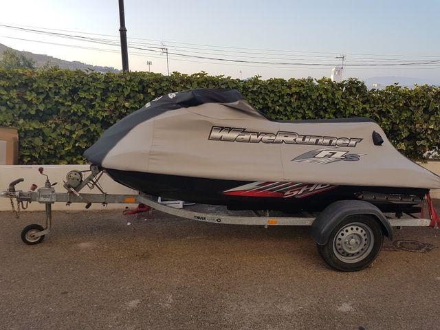 Moto de agua Yamaha FZS y remolque.