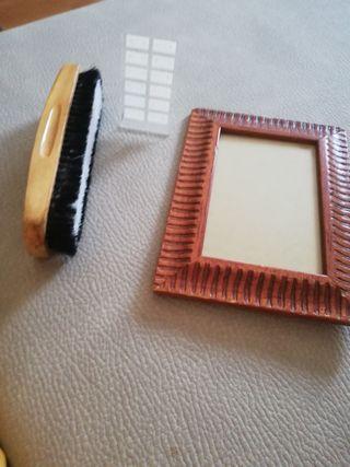 I cepillo un marcó de fotos y un porta pendientes.