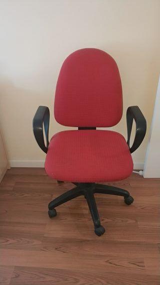 silla escritorio y baúl Ikea